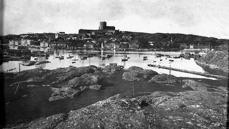 En bild tagen från Koön mot Marstrand, med fästningen i mitten. Fotot är taget under sent 1800-tal.