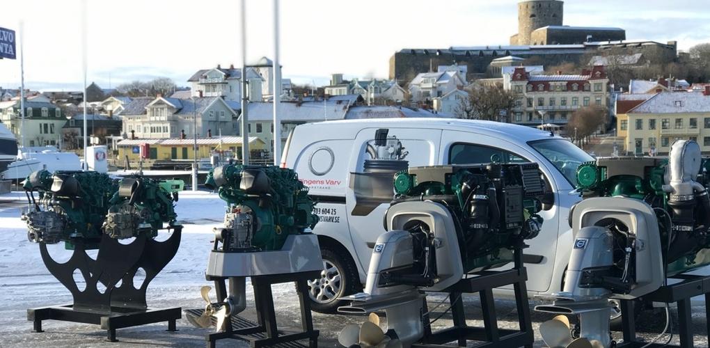 Fem motorer står uppradade framför en service-bil, med Carlstens fästning i bakgrunden.